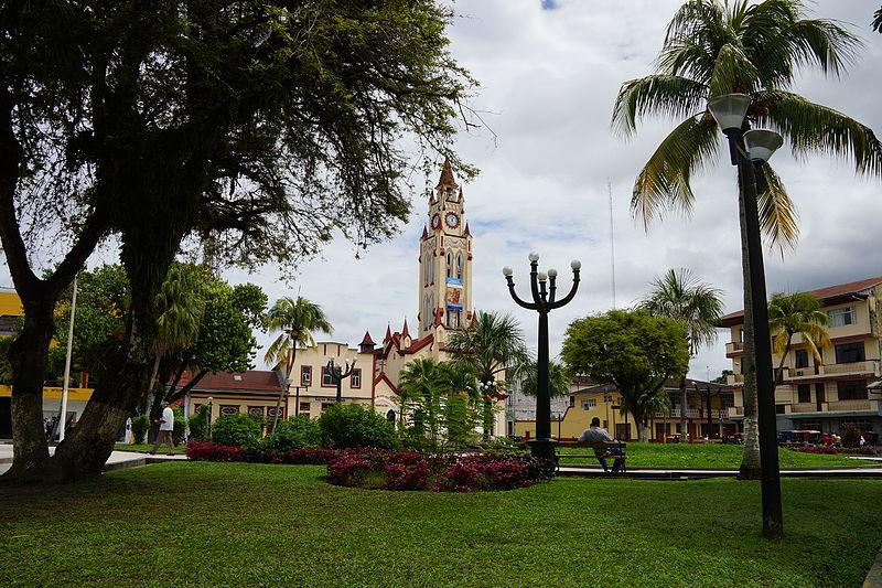 Iquitos-Plaza_de_Armas-Catedral